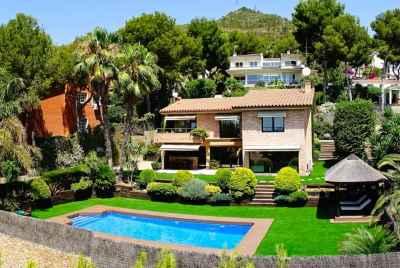 Современный дом с бассейном в 20 км от Барселоны